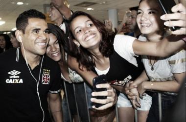 Torcida do Vasco ignora resultados negativos e festeja chegada do elenco a Manaus