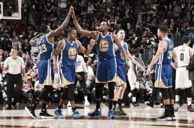 Kevin Durant decide no fim, Warriors vencem Cavs e ficam a uma vitória do título
