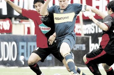 Atrás en el tiempo, Martín Palermo protegía una pelota en un Newell's-Boca. Foto: La Gaceta.