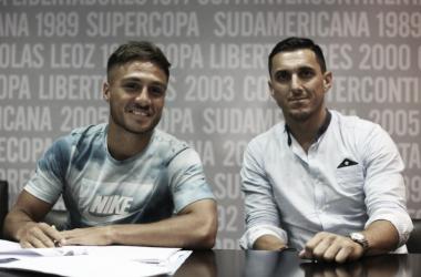 Ya puso la firma. Kevin Mac Allister sonríe junto al manager del club, Nicolás Burdisso, por su llegada a Boca. Foto: Prensa CABJ.