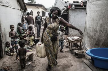 Mujer que regresa de extraer agua de un pozo en un poblado africano / Foto: Pablo Tonco, OXFAM Intermón.