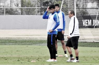 Tite propõe mudanças na escalação em primeiro treino do meia Camacho no Corinthians