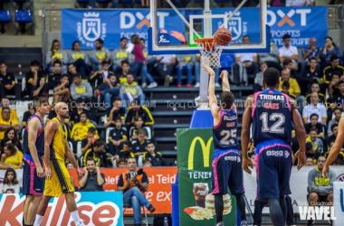 Brizuela lanza un tiro libre (Fotografía: Tony Cuadrado   VAVEL España)