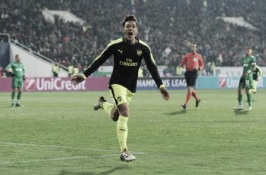 Özil deu um chapéu no goleiro e deixou dois adversários no chão antes de marcar (Foto: Divulgação/Arsenal)