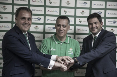 'Presidente, entrenador y director de marketing posan de cara a la nueva temporada' (foto vía Real Betis EPlus)