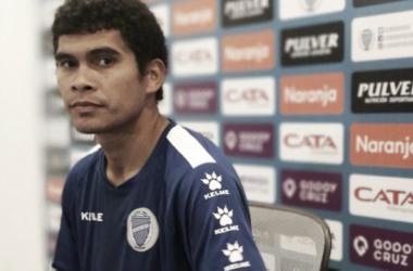 "<font color=""#888888"" face=""arial, sans-serif""><span style=""font-size: 13px; font-style: normal; background-color: rgb(34, 34, 34);"">Osmar Leguizamón, en la presentación oficial como jugador del Tomba | Foto: Radio Nihuil</span></font>"