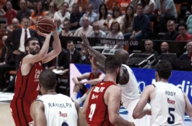 San Emeterio lanzando de tres.   Foto: ACB.com
