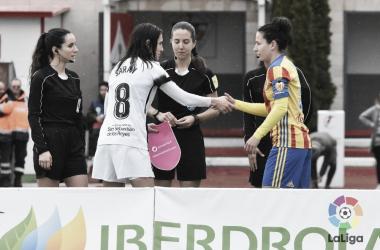 Saludo inicial con el trío arbitral entre las capitanas del encuentro, Saray e Ivana Andrés. Fuente: LaLiga.