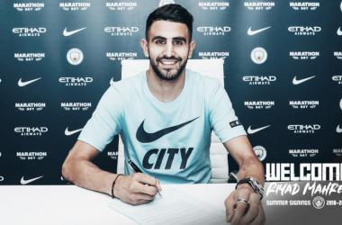 Mahrez usará a camisa de número 26 no City (Foto: Divulgação/Manchester City FC)