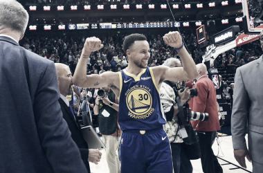 Curry sigue haciendo historia en la NBA. | Foto: Warriors