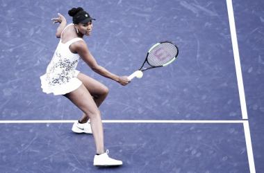 Venus Williams domina y avanza a semifinales