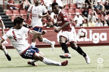 Héctor Verdes en una acción defensiva con la camiseta del Rayo Majadahonda. Imagen; Laliga123