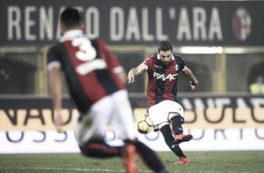 Atacante do Bologna faz dois gols de falta com pernas diferentes no mesmo jogo