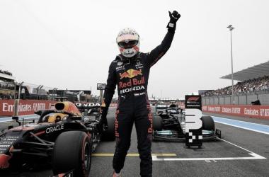 Max Verstappen celebra la pole position en la recta principal. (Fuente: Twitter @F1)