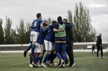 Los jugadores del Vetusta celebran a pie de campo la victoria ante el Tudelano. | Foto: Real Oviedo