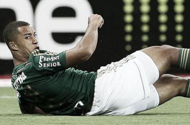 Zagueiro Vitor Hugo é liberado para voltar a campo após um mês lesionado