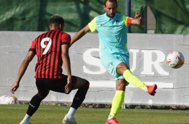 Víctor Díaz jugó de central contra el Bournemouth | Foto: Pepe Villoslada / Granada CF