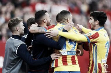 La piña del equipo che celebrando los goles de la victoria en el Sánchez Pizjuán. Fuente: Valencia CF.