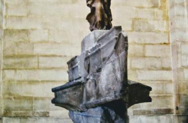 La Victoria de Samotracia en su ubicación en el Museo del Louvre (París). Imagen: AlmaLeonor, de Vavel.