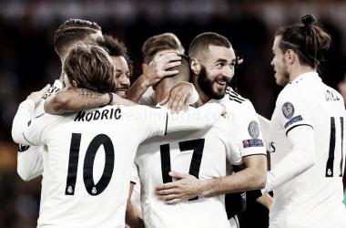 Los futbolistas blancos se abrazan y felicitan por los goles a la Roma I Foto: Real Madrid