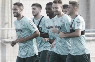 """<span style=""""color: rgb(51, 51, 51); font-family: Ubuntu, tahoma, Arial;"""">Víctor Ruiz en un entrenamiento con el Real Betis. Fuente: @lorenmg16</span>"""