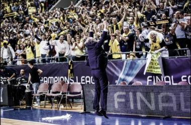 Txus Vidorreta celebra con la grada el triunfo conseguido por su equipo | Fotografía: BCL.