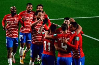 Los futbolistas rojiblancos celebran el tanto de Roberto Soldado. Foto: Granada CF
