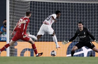 Vinicius define en su primer gol del partido. Vía: Real Madrid en Twitter.