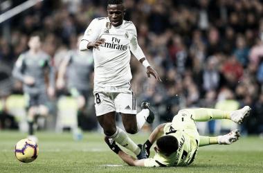 Vinicius Jr es derribado por las manos de Rulli en el penalti no pitado I Foto: Real Madrid