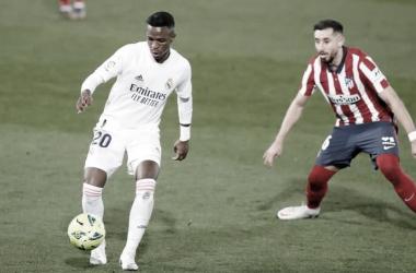 Vinícius intenta una jugada individual frente al Atlético e Madrid| Foto: @viniijr