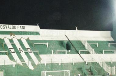 La tribuna visiante vacia. (Foto: Notibanfield)
