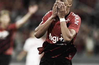 Vitinho comemora o gol da vitória do Athletico-PR sobre o Internacional (Divulgação / Athletico-PR)