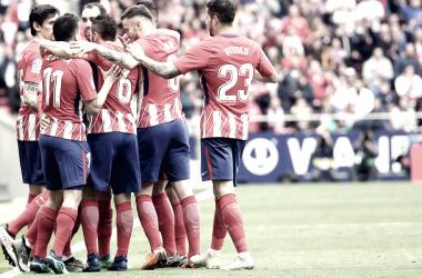 Vitolo se abraza con sus compañeros tras el segundo gol/ Fuente: Atlético de Madrid