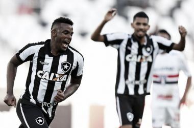 Marcos Vinícius comemorando um de seus gols na derrota contra o São Paulo. (Foto: Vitor Silva/SS Press/Botafogo)