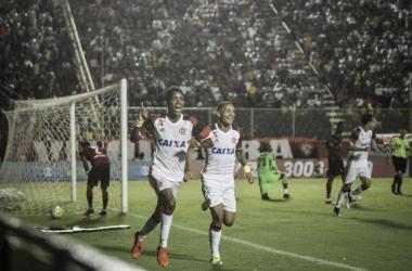 De virada, Flamengo bate o Vitoria e iguala pontuação do líder Palmeiras