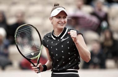 Marketa Vondrousova celebra un punto durante su semifinal de hoy en París. Foto: gettyimages.es
