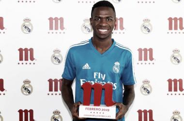 El jugador blanco posa con el trofeo/Foto: Real Madrid C.F