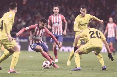 Ángel Correa controla el balón ante tres rivales    FOTO: Club Atlético de Madrid.