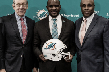 El dueño de la franquicia Stephen Ross, el entrenador Brian Flores y el Gerente General Chris Grier (foto Dolphins.com)