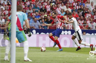 El Rayo defendiendo una internada del Atletico. Fotogafía: La liga
