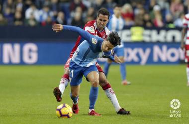 Montoro pugna por el balón en el partido frente al Málaga. Foto: La Liga