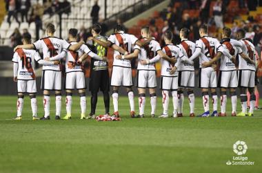 Jugadores del Rayo Vallecano guardando un minuto de silencio | Fotografía: La Liga