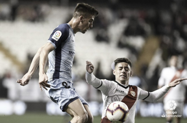 Álex Moreno tratando de luchar por el esférico | Fotografía: La Liga