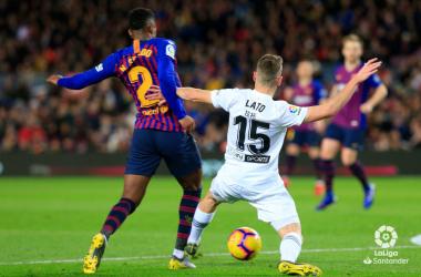 Lato tratando de arretabarle el balón a Semedo | Fotografía: La Liga