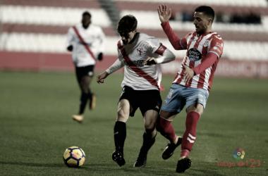 Carmona (Sevilla Atl.) y Cristian Herrera (Lugo) luchan por un balón | Foto: LaLiga