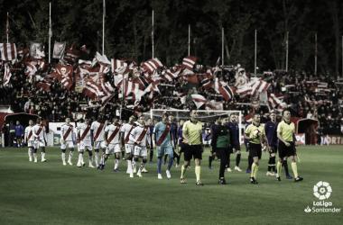Jugadores del Rayo Vallecano y Barcelona saltando al césped | Fotografía: La Liga