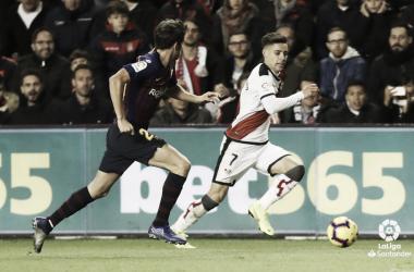 Álex Moreno tratando de llevarse un balón ante Sergi Roberto | Fotografía: La Liga