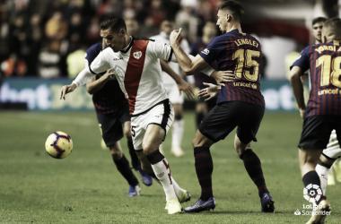 Álex Alegría tratando de llevarse un balón | Fotografía: La Liga