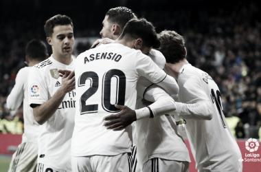 Los futbolistas del Madrid se abrazan I Foto: LaLiga