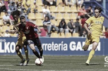 Robert Ibáñez pelenado un balón con Boateng. Foto: LaLiga